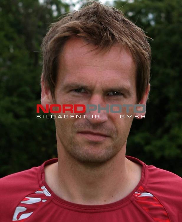 2.Liga 08/0 &ndash; FC St.Pauli Mannschaftsfoto 13.07.08<br /> FC St.Pauli <br /> <br /> Gruppen-Einzel-und Mannschaftsfotos beim FC St.Pauli am Trainingsgel&auml;nde Kollaustrasse. Gleichzeitig Tag der offenen T&uuml;r f&uuml;r Fans. Hier Neueinkauf Mathias Hain von Armina Bielefeld. Auf den Handschuhen steht Matze.<br /> <br /> <br /> Foto &copy; nph (nordphoto)<br /> <br /> *** Local Caption ***