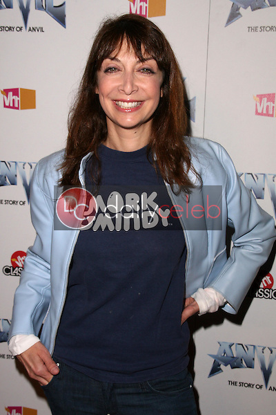 Illeana Douglas<br />at the Los Angeles Premiere of 'Anvil! The Story of Anvil'. The Egyptian Theatre, Hollywood, CA. 04-07-09<br />Dave Edwards/DailyCeleb.com 818-249-4998