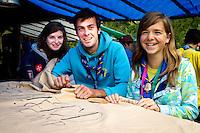 Zoë, Jonah and Ellen from Belgium waiting for the king. Photo: Mikko Roininen / Scouterna