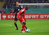 Anthony Ujah (1. FSV Mainz 05) mit Schiedsrichter Deniz Aytekin - 07.02.2018: Eintracht Frankfurt vs. 1. FSV Mainz 05, DFB-Pokal Viertelfinale, Commerzbank Arena