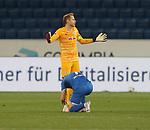 Torwart Peter Gulacsi (RB Leipzig) lässt sich von Jacob Bruun Larsen (TSG 1899 Hoffenheim) die Schuhe binden<br /> <br /> Sport: Fussball: LIGA: Saison 19/20: TSG 1899 <br /> Hoffenheim-RB Leipzig, 12.06.2020.<br /> <br /> Foto: RALF POLLER/AVANTI/POOL/PIX-Sportfotos<br /> <br /> Nur für journalistische Zwecke! Only for editorial use! <br /> Gemäß den Vorgaben der DFL Deutsche Fußball Liga ist es untersagt, in dem Stadion und/oder vom Spiel angefertigte Fotoaufnahmen in Form von Sequenzbildern und/oder videoähnlichen Fotostrecken zu verwerten bzw. verwerten zu lassen. DFL regulations prohibit any use of photographs as image sequences and/or quasi-video.