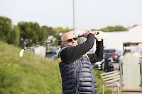B&uuml;ttelborn 30.04.2016: 7. Charity Golf Turnier f&uuml;r die Dt. Krebshilfe, Golfpark Bachgrund<br /> Klaus Denk aus Frankfurt sieht dem Ball hinterherFoto: Vollformat/Marc Sch&uuml;ler, Sch&auml;fergasse 5, 65428 R'eim, Fon 0151/11654988, Bankverbindung KSKGG BLZ. 50852553 , KTO. 16003352. Alle Honorare zzgl. 7% MwSt.