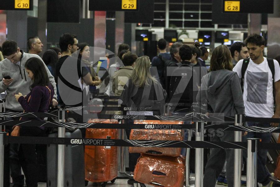 GUARULHOS, SP, 30.04.2015 – FERIADO-SP - O movimento de passageiros é tranquilo no Aeroporto Internacional Governador Andre Franco Montoro na cidade de Guarulhos na grande São Paulo nesta quinta-feira (30). (Foto: Marcos Moraes / Brazil Photo Press).