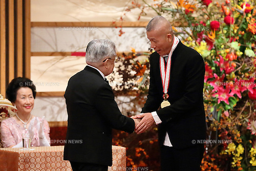 Prince Hitachi presents a gold medal to Chinese artist Cai Guo-Qiang during the 24th Premium Imperiale Awards ceremony in Tokyo, Japan, 23 October 2012. The award is presented annually by the Japan Art Association. (Photo by Motoo Naka/AFLO)