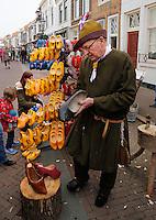 Brielle. Bevrijdingsdag op 1 april: Op deze  dag in 1572 verschenen de Watergeuzen voor de Noordpoort van Den Briel en eisten de overgave van de havenstad. Op deze dag lopen de inwoners in klederdracht uit die tijd en worden de gebeurtenissen nagespeeld. Marktkoopman met klompen