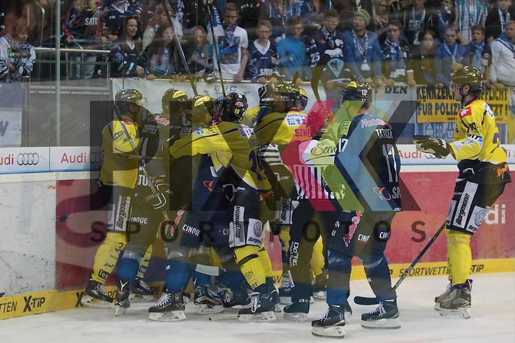 ERC Ingolstadt - Krefeld Pinguine<br /> Krefelds Kyle Sonnenberg (Nr.34), Krefelds Yared Hagos (Nr.19), Ingolstadts John Laliberte (Nr.15) und Ingolstadts Thomas Greilinger (Nr.39) im Kampf an der Bande beim Spiel in der DEL ERC Ingolstadt - Krefeld Pinguine.<br /> <br /> Foto &copy; PIX-Sportfotos *** Foto ist honorarpflichtig! *** Auf Anfrage in hoeherer Qualitaet/Aufloesung. Belegexemplar erbeten. Veroeffentlichung ausschliesslich fuer journalistisch-publizistische Zwecke. For editorial use only.