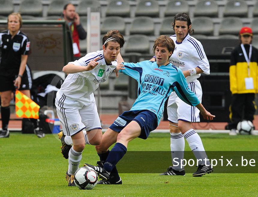 15 Mei 2010 Bekerfinale vrouwen : Sinaai Girls - RSC Anderlecht  : Lien Kesteloot aan de bal voor Katrijn Windey.foto DAVID CATRY / Vrouwenteam.be