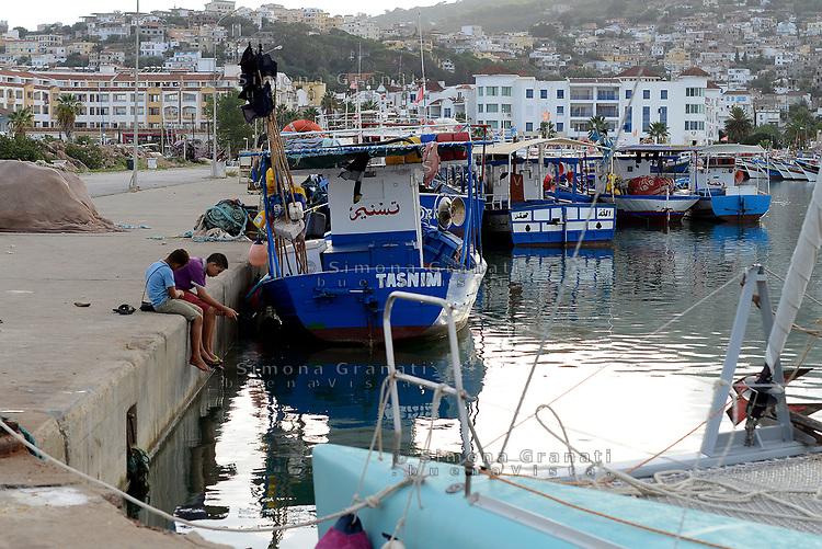 Tabarka, Tunisia, 18 Settembre 2018<br /> Bambini pescano al porto di Tabarka