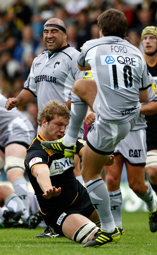 Photo: Richard Lane/Richard Lane Photography. London Wasps v Leicester Tigers. 11/09/2011. Wasps' Joe Launchbury goes for a charge down.