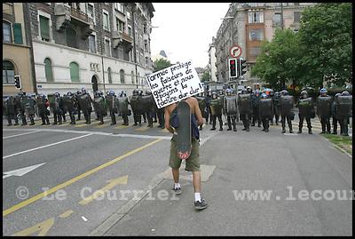 Genève, le 01.06.2003.Manifestation anti-g8. Un cordon de police empêche les manifestants de passer par le Bd. des tranchées..© Jean-Patrick Di Silvestro