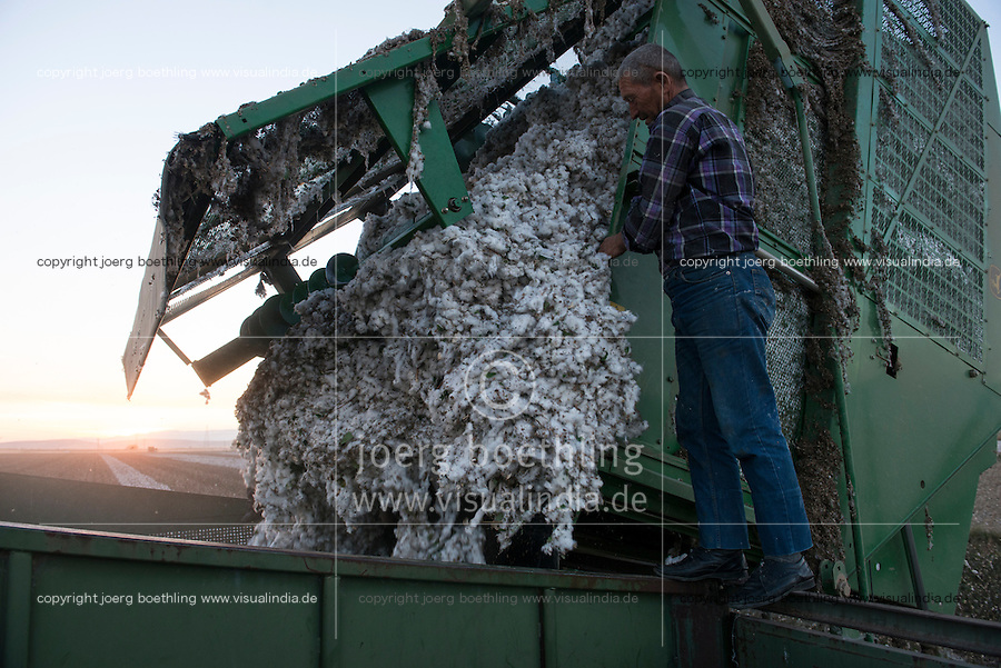 TURKEY, Kesik, near Menemen, company Genel Pamuk, harvest of conventional cotton with John Deere 9970 basket cotton picker  / TUERKEI, Kesik, bei Menemen, konventioneller Baumwollanbau, Firma Genel Pamuk, nach Verspruehen eines Entlaubungsmittel wird die Baumwolle maschinell mit einer John Deere 9970 Korb-Pflueckmaschine geerntet