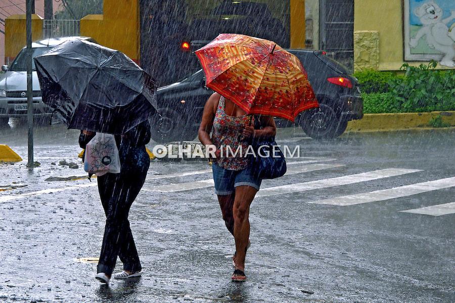 Pessoas andando na chuva no bairro Perdizes. Sao Paulo. 2012. Foto de Juca Martins.