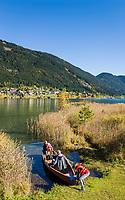 Oesterreich, Kaernten, Techendorf: Bootsfahrt mit der ganzen Familie auf dem Weissensee | Austria, Carinthia, Techendorf: family boat trip on Lake Weissensee