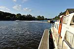 Chenillé-Changé (49) : Habitations fluviales (péniches) sur la Mayenne.