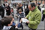 Turismo in Barriera # 3, passeggiata alla scoperta di insoliti punti di vista in Barriera di Milano. Progetto della associazione ONEOFF nell'ambito di 'Cosa succede in Barriera' con la partecipazione di Luca Morino. Qui in via Palestrina. Apr 2013