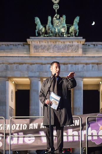 Gedenken an Voelkermord an Armeniern durch die Tuerkei im Jahre 1915.<br /> Am Donnerstag den 23. April 2015, dem Vorabend des 100. Jahrestages des Beginn des Voelkermordes an Armeniern durch die Tuerkei, versammelten sich in Berlin weit ueber 1.000 Menschen zu einem Trauermarsch vom Berliner Dom zum Brandenburger Tor. Am Brandenburger Tor wurde mir Grabkerzen die Jahreszahl 1915 gebildet.<br /> Bei einem Gedenkgottesdienst im Berliner Dom hatte zuvor der Bundespraesident Joachim Gauck das Verbrechen ausdruecklich als Voelkermord bezeichnet. Dies war das erste Mal, dass dies von Seiten der offiziellen Politik geschah.<br /> Im Bild: Der Vorsitzender von Buendnis 90/Die Gruenen, Cem Oezdemir.<br /> 23.4.2015, Berlin<br /> Copyright: Christian-Ditsch.de<br /> [Inhaltsveraendernde Manipulation des Fotos nur nach ausdruecklicher Genehmigung des Fotografen. Vereinbarungen ueber Abtretung von Persoenlichkeitsrechten/Model Release der abgebildeten Person/Personen liegen nicht vor. NO MODEL RELEASE! Nur fuer Redaktionelle Zwecke. Don't publish without copyright Christian-Ditsch.de, Veroeffentlichung nur mit Fotografennennung, sowie gegen Honorar, MwSt. und Beleg. Konto: I N G - D i B a, IBAN DE58500105175400192269, BIC INGDDEFFXXX, Kontakt: post@christian-ditsch.de<br /> Bei der Bearbeitung der Dateiinformationen darf die Urheberkennzeichnung in den EXIF- und  IPTC-Daten nicht entfernt werden, diese sind in digitalen Medien nach &sect;95c UrhG rechtlich geschuetzt. Der Urhebervermerk wird gemaess &sect;13 UrhG verlangt.]