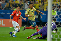 SAO PAULO – BRASIL, 28-06-2019: Roger Martinez de Colombia disputa el balón con Gary Medel de Chile durante partido por cuartos de final de la Copa América Brasil 2019 entre Colombia y Chile jugado en el Arena Corinthians de Sao Paulo, Brasil. / Roger Martinez of Colombia vies for the ball with Gary Medel of Chile during the Copa America Brazil 2019 quarter-finals match between Colombia and Chile played at Arena Corinthians in Sao Paulo, Brazil. Photos: VizzorImage / Julian Medina / Cont /