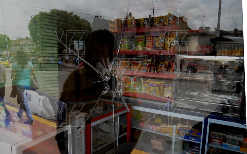BOYACA -COLOMBIA. 25-08-2013. Durante el paro agrario en Boyacá,  en Horas de la noche varios encapuchados, llegaron al peaje de el Crucero,  que queda ubicado en el Km 15 entre Sogamoso, y Yopal sobre la via  del Cusiana, le prendieron fuego y lo dejaron completamente destruido. During Agrarian National Strike, in the nigth houres some people destroy  and burned the pike of the kilometer 15 between Sogamoso and Yopal. Photo: VizzorImage / Jose Palencia / Str