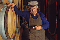 Europe/France/89/Yonne/Irancy : Léon Bienvenu vigneron dans sa cave - Dégustation au chai [Non destiné à un usage publicitaire - Not intended for an advertising use]<br /> PHOTO D'ARCHIVES // ARCHIVAL IMAGES<br /> FRANCE 1990