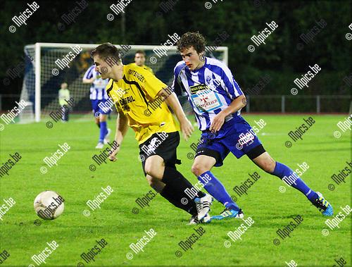 2011-09-10 / Voetbal / KV Turnhout- K Rupel Boom FC / Roy Mauro (Turnhout)  zit Cedric De Troetsel op de hielen.