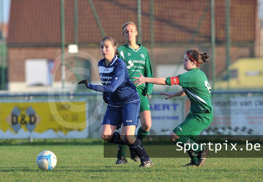 Famkes Merkem - VVDG Lommel : Rebecca Dierick aan de bal voor Sindy Vlems (links) en Tessa Vanden Boer.foto DAVID CATRY / Vrouwenteam.be