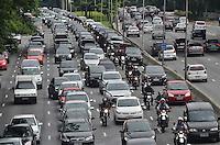 SAO PAULO, 04 DE FEVEREIRO DE 2013. - TRANSITO SP  - Transito intenso na Avenida 23 de maio, sentido bairro, na manha desta segunda feira, 04, regiao central da capital..  (FOTO: ALEXANDRE MOREIRA / BRAZIL PHOTO PRESS).