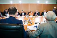 Berlin, Bundesjustizminister Heiko Maas (SPD) und Bundesfinanzminister Wolfgang Schaeuble (CDU, vorn) und Aussenminister Frank-Walter Steinmeier (SPD), Bundeswirtschaftsminister und Vizekanzler Sigmar Gabriel (SPD), Bundeskanzlerin Angela Merkel (CDU) und Kanzleramtsminister Peter Altmaier (CDU) am Mittwoch (01.07.2015) im Bundeskanzleramt vor der Kabinettssitzung. Foto: Steffi Loos/CommonLens