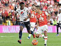 BOGOTÁ -COLOMBIA, 02-04-2017. Anderson Plata (Der.) jugador de Santa Fe disputa el balón con Didier Moreno (Izq.) jugador del Independiente Medellin durante el encuentro entre Independiente Santa Fe y Independiente Medellin por la fecha 11 de la Liga Aguila I 2017 jugado en el estadio Nemesio Camacho El Campin de la ciudad de Bogota. / Anderson Plata (R) player of Santa Fe struggles for the ball with Didier Moreno (L) player of Independiente Medellin during match between Independiente Santa Fe and Independiente Medellin for the date 11 of the Aguila League I 2017 played at the Nemesio Camacho El Campin Stadium in Bogota city. Photo: VizzorImage/ Gabriel Aponte / Staff