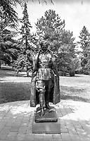 Belgrado, Mausoleo di Josep Broz Tito (Casa dei Fiori) presso il Museo della Storia della Jugoslavia. Una statua del leader jugoslavo --- Belgrade, Mausoleum of Josep Broz Tito (House of Flowers) at the Museum of Yugoslav History. A Statue of the Yugoslav leader