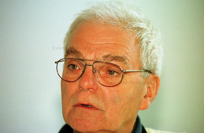 Prof. Dr. sc. Siegfried Mechler Vorsitzender und Gruendungsmitglied der Gesellschaft zur rechtlichen und humanitaeren Untersteutzung e.V. (GRH) - Verein der Hilfe zur Selbsthilfe.<br /> Der Verein kuemmert sich, auch finanziell, um Angeklagte aus dem ehemaligen DDR-Staatsapparat, u.a. (Staats)Anwaelte, Richter, Generaele oder Grenzsoldaten.<br /> 27.8.1998, Berlin<br /> Copyright: Christian-Ditsch.de<br /> [Inhaltsveraendernde Manipulation des Fotos nur nach ausdruecklicher Genehmigung des Fotografen. Vereinbarungen ueber Abtretung von Persoenlichkeitsrechten/Model Release der abgebildeten Person/Personen liegen nicht vor. NO MODEL RELEASE! Nur fuer Redaktionelle Zwecke. Don't publish without copyright Christian-Ditsch.de, Veroeffentlichung nur mit Fotografennennung, sowie gegen Honorar, MwSt. und Beleg. Konto: I N G - D i B a, IBAN DE58500105175400192269, BIC INGDDEFFXXX, Kontakt: post@christian-ditsch.de<br /> Bei der Bearbeitung der Dateiinformationen darf die Urheberkennzeichnung in den EXIF- und  IPTC-Daten nicht entfernt werden, diese sind in digitalen Medien nach &sect;95c UrhG rechtlich geschuetzt. Der Urhebervermerk wird gemaess &sect;13 UrhG verlangt.]