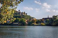 Germany, Baden-Wuerttemberg, Tauber Valley, Wertheim: river Main and Castle Wertheim above town | Deutschland, Baden-Wuerttemberg, Region Heilbronn-Franken, am Ende des Taubertals, Wertheim: hier muendet die Tauber in den Main, die Burg Wertheim oberhalb der Stadt ist eine der aeltesten Burgruinen Baden-Wuerttembergs