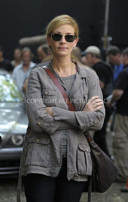 WWW.ACEPIXS.COM . . . . .  ....August 3 2009, New York City....Actress Julia Roberts on the Lower East Side set of the new movie 'East Pray Love' on August 3 2009 in New York City......Please byline: AJ Sokalner - ACEPIXS.COM..... *** ***..Ace Pictures, Inc:  ..tel: (212) 243 8787..e-mail: info@acepixs.com..web: http://www.acepixs.com