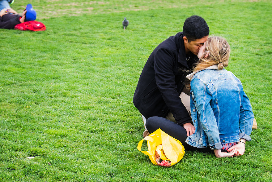 Nederland, Amsterdam, 30 mei 2015<br /> Museumplein. Stelletje in in het gras van het Museumplein.  <br /> <br /> Foto: Michiel Wijnbergh