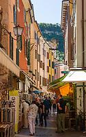 Italy, Veneto, Lake Garda, Garda: shopping along narrow lanes in old town | Italien, Venetien, Gardasee, Garda: Einkaufsbummel durch enge Gassen der Altstadt