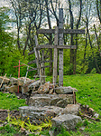 Święty Krzyż, 02-05-2019. Krzyże przynoszone przez wiernych na polanie poprzedzającej wejście na teren klasztoru.