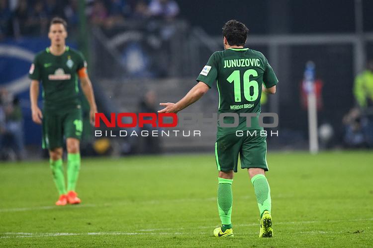 30.09.2017, Volksparkstadion, Hamburg, GER, 1.FBL Hamburger SV vs Werder Bremen , im Bild<br /> <br /> entt&auml;uscht / enttaeuscht / traurig /<br /> Niklas Moisander (Werder Bremen #18) ( HItergrund unscharf)  Zlatko Junuzovic (Werder Bremen #16)<br /> <br /> Foto &copy; nordphoto / Kokenge