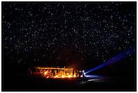 """CerimÙnia do Kwarup na aldeia Kamaiur·, no Parque indÌgena Xingu.<br /> <br /> O Kwarup (nome do ritual na lÌngua kamaiur·) È considerado o grande emblema do Alto Xingu e trata-se de uma cerimÙnia funer·ria, que envolve mitos de criaÁ""""o da humanidade, a classificaÁ""""o hier·rquica nos grupos, a iniciaÁ""""o das jovens e as relaÁıes entre as aldeias. Ao longo dos meses que se seguem atÈ o encerramento ocorrem, n""""o necessariamente todos os dias, dois tipos de danÁas e o toque de longas flautas (uru·, na lÌngua dos Kamaiur·), sempre retribuÌdos com oferecimento de alimentos pelos ìdonosî do Kwarup. O foco de orientaÁ""""o dessas atividades rituais È sempre a cerca sobre a sepultura. No p·tio da aldeia promotora do rito, cada falecido homenageado È representado por uma seÁ""""o de tronco de cerca de dois metros. S""""o de uma espÈcie vegetal que tem distintas denominaÁıes conforme as diferentes lÌnguas xinguanas. Os Kamaiur· a chamam de Kwarup, a mesma madeira com que o herÛi mÌtico fez as mulheres que enviou para se casarem com o jaguar. Os troncos s""""o colocados um ao lado do outro, de pÈ, embutidos em buracos de 50 cm de fundo. S""""o pintados e ornamentados com adornos plum·rios e cintos masculinos. A ˙nica distinÁ""""o entre os troncos que representam homens e os que representam mulheres È que os primeiros s""""o guarnecidos com mechas de algod""""o n""""o fiado. TambÈm os homens comuns falecidos tÍm direito a ser representados por troncos, porÈm menos grossos e com ornamentaÁ""""o mais simples. Os espÌritos dos mortos homenageados ficam junto aos troncos na ˙ltima noite do rito e a isto se reduz a sua participaÁ""""o. Ao anoitecer, acendem-se fogueiras diante de cada tronco do Kwarup. Enquanto os moradores da aldeia anfitri"""" se revezam, velando os troncos e chorando os falecidos homenageados, os visitantes, cada acampamento por sua vez, entram na aldeia trazendo achas de pindaÌba para remanejar as fogueiras, numa cena movimentada e t"""