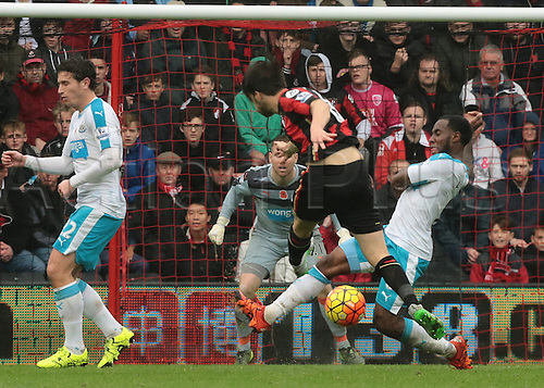 07.11.2015. Vitality Stadium, Bournemouth, England. Barclays Premier League. Vurnon Anita of Newcastle blocks a shot from Harry Arter of Bournemouth