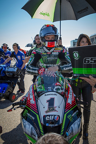 02.04.2016. Motorland, Aragon, Spain. World Championship Motul FIM of Superbikes. Jonathan Rea #1, Kawasaki ZX-10R rider of Superbike awaits the start of the race the race  in the World Championship Motul FIM of Superbikes from the Circuito de Motorland.