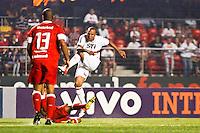 ATENÇÃO EDITOR: FOTO EMBARGADA PARA VEÍCULOS INTERNACIONAIS SÃO PAULO,SP,05 SETEMBRO 2012 - CAMPEONATO BRASILEIRO - SÃO PAULO x INTER - RS -Luis Fabiano  jogador do São Paulo  durante partida São Paulo x Inter - RS  válido pela 22º rodada do Campeonato Brasileiro no Estádio Cicero Pompeu de Toledo  (Morumbi), na região sul da capital paulista na noite desta quarta feira  (05). (FOTO: ALE VIANNA -BRAZIL PHOTO PRESS).