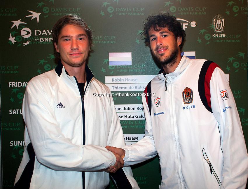 09-02-12, Netherlands,Tennis, Den Bosch, Daviscup Netherlands-Finland, Loting, EErste partij van vrijdag: Robin Haase(R) neemt het op tegen Juho Paukku.