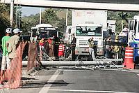 Duque de Caxias, (RJ) 08 de Agosto de 2014 - Caminhão derruba poste de energia eletrica e causa engarrafamento na Rodovia Washington Luis no KM 101 proximo a Xerem na baixada fluminense na manhã desta sexta feira. Foto: Nicson Olivier/Brazil Press