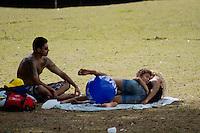 2012.07.22 -CILMA TEMPO - PARQUE DA JUVENTUDE - Na Capital paulista tempo aberto e temperatura oscilando em 24ºC deixam a tarde de domingo (22) bastante agradável e aproveitável. O tempo continua seco o que favorece a queda de UR% nas horas mais quentes do dia e segundo a equipe de meteorologia do CGE, a umidade relativa do ar, pode ficar muito próxima dos 30% ou ligeiramente abaixo deste índice no inicio da tarde. As últimas atualizações das estações meteorológicas automáticas do CGE registram umidade relativa do ar perto dos 40%. Não há previsão de chuva. (Fotos: Amauri Nehn/Brazil Photo Press)
