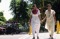 INDIA, writer Arundhati Roy (right) booker prize winner for her novel God of the small things in New Delhi / INDIEN, Neu Delhi, Schriftstellerin Arundhati Roy (rechts) Autorin des Buch Der Gott der kleinen Dinge fuer das sie den Booker Preis gewann