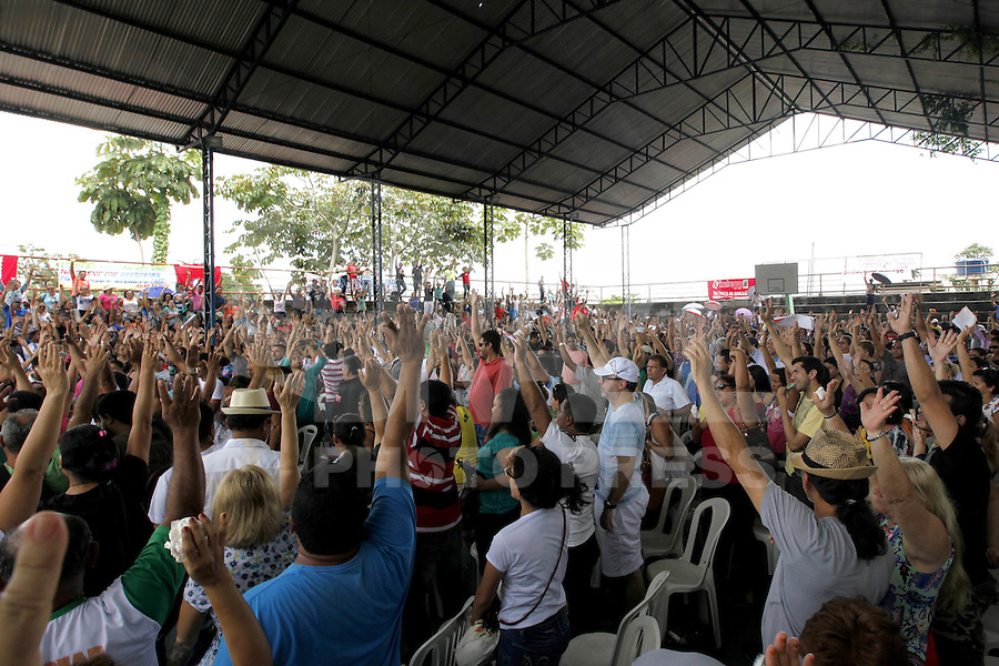 BELÉM, PA, 23.04.2015 - GREVE PROFESSORES - Professores em greve do Pará realizam assembleia, na quadra da Escola Estadual Marechal Cordeiro de Farias, na manhã desta quinta - feira (23), onde decidem pela manutenção da greve. A greve dos professores do Pará começou no dia 25 de março e teve adesão de profissionais em mais de 100 municípios do Pará, de acordo com o sindicato. ( Foto : Lucivaldo SENA / Brazil Photo Press)