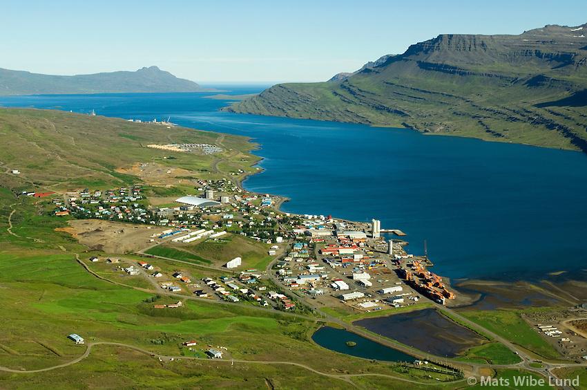 Reyðarfjörður séð til austurs, Teigargerði  fyrir aftan / útan þéttbýlið. Fjarðabyggð /  Reydarfjordur viewing east, Teigargerdi behind the town.  Fjardabyggd.