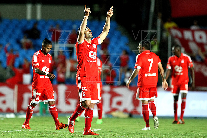 CALI, COLOMBIA - 10-11-2015: Ernesto Farias jugador del América de Cali celebra su gol contra El Universitario de Popayán durante partido de la primera fecha del torneo Aguila 2015-2 , juhado en el estadi Pascual Guerro de Cali./ Ernesto Farias of America de Cali celebrates goal, during a match between America de Cali and Universitario Popayan as part of first round of Quadrangular Group A of Torneo Aguila 2015 at Pascual Guerrero Stadium on November 10, 2015 in Cali, Colombia. Photo: VizzorImage / Alejandro Rosales / cont