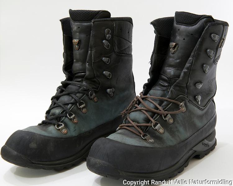 Høye jaktstøvler fra Lowa. ----- Leather boots from Lowa.