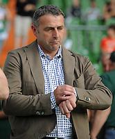 FUSSBALL   1. BUNDESLIGA   SAISON 2011/2012   TESTSPIEL SV Werder Bremen - FC Everton                 02.08.2011 Manager Klaus ALLOFS (Werder Bremen) schaut grimmig auf die Uhr
