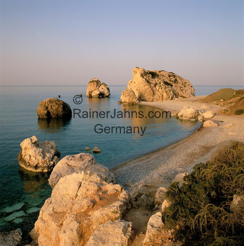 ZYPERN, Sued-Zypern, bei Paphos: Petra Tou Romiou, der Aphroditefelsen bei Sonnenaufgang, der Sage nach ging Aphrodite nach ihrer Geburt hier an Land | CYPRUS, South-Cyprus, near Paphos: Petra Tou Romiou (Rock of the Greek) or (Rock of Aphrodite) at sunrise